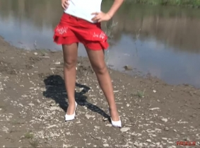 We are sure that the designer of those white heels would have a heart attack seeing them trashed into the mud... However, we enjoy the view, right?