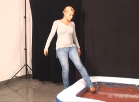 The gunge pool sessions are by far our girls' favorite ways of getting messy. Lili is no different than the others, and she enjoyed the session while not not leaving anything uncovered with the sweet mixture.