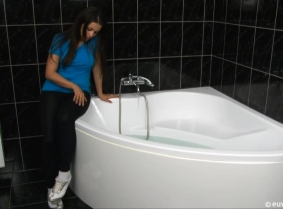We know that many of our fans enjoy to see Ginger in any kind of situations that involves water and we also know that many of our fans like wet sport clothes. So we thought that an update with Ginger taking a bath dressed with leggings, t-shirt, socks and