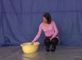 Reka loves chocolate BUT she also has to take care of her good shape, so since she cannot eat it she covers herself with it. Watch her covering her leggings and boots and her pink blouse with loads of sweet stuff. The after she is completely messy she re