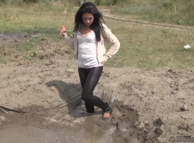 We had a lot of requests for messy casual clothes... and this update is one of the many that will come with muddy casual clothing. Enjoy watching Kamilla while she is trashing her clothes in the mud pit. Wash off session included, as usual.