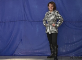 We have a pool dunk update featuring Rita, and this time is one for the winter clothing fans. First Rita is dunked wearing a winter jacket, boots and thick winter leggings BUT during the clip she gradually removes her clothes ending the clip in leggings,